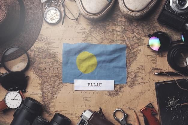 Drapeau des palaos entre les accessoires du voyageur sur l'ancienne carte vintage. tir aérien