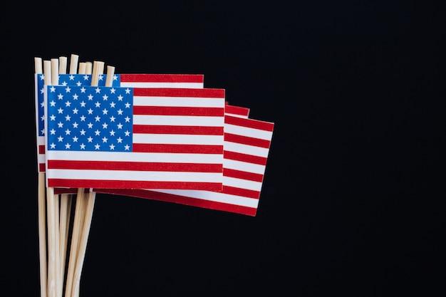 Drapeau de papier miniature usa. drapeau américain sur fond noir.