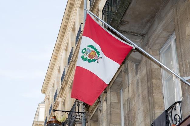 Drapeau péruvien péruvien dans le vent devant le bâtiment officiel