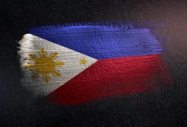 Drapeau philippines fait de peinture brosse métallique sur mur sombre grunge