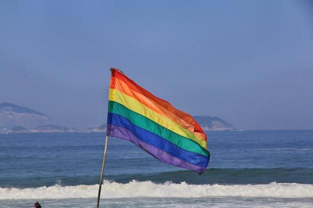 Le drapeau sur la plage d'ipanema à rio de janeiro, brésil