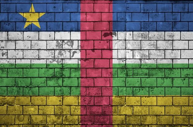 Le drapeau de la république centrafricaine est peint sur un vieux mur de briques