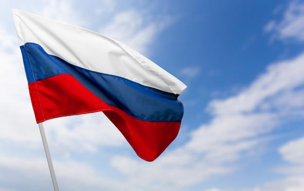 Drapeau russe contre le ciel bleu