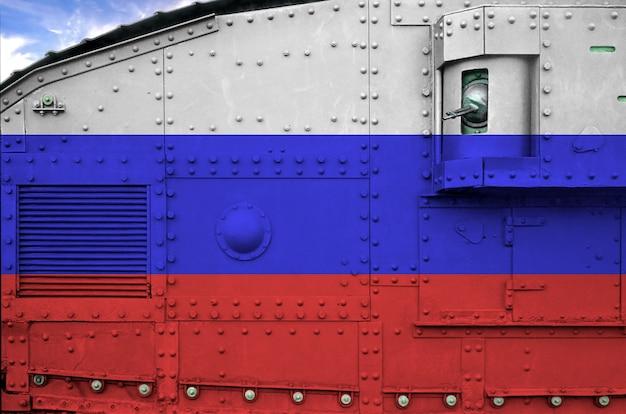 Drapeau de la russie représenté sur la partie latérale du gros plan de char blindé militaire.