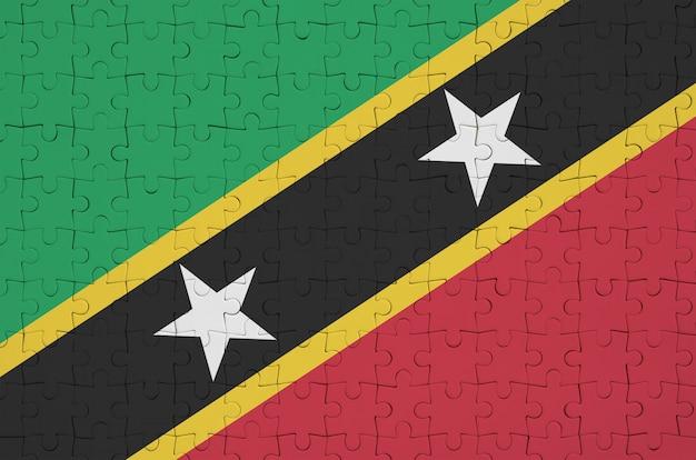 Le drapeau de saint-kitts-et-nevis est représenté sur un puzzle plié
