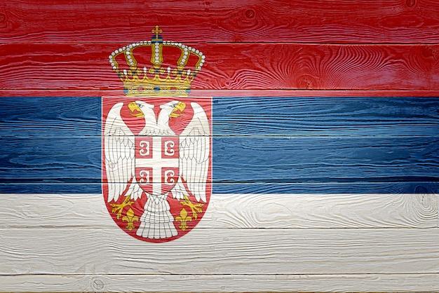 Drapeau de la serbie peint sur fond de planche de bois ancien