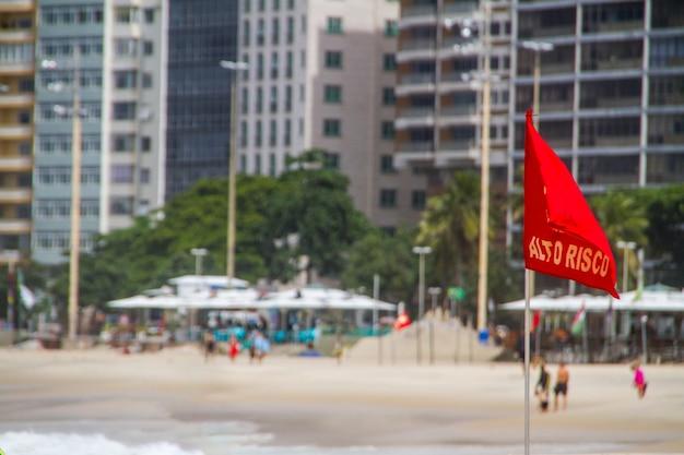 Drapeau de signal rouge écrit en portugais