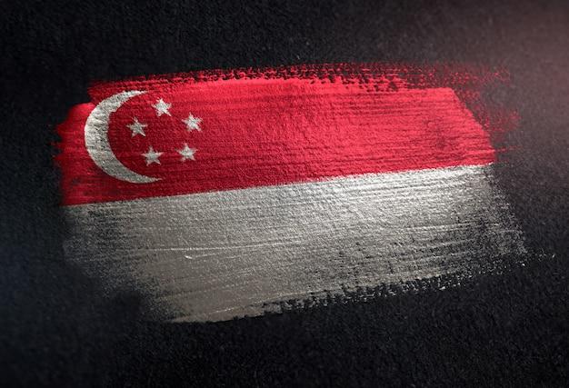 Drapeau de singapour en peinture à brosse métallique sur un mur sombre grunge