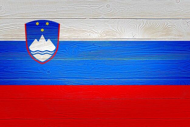 Drapeau de la slovénie peint sur fond de planche de bois ancien