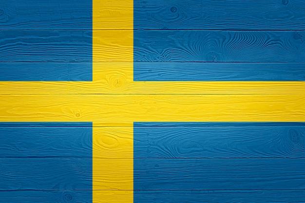 Drapeau suédois peint sur fond de planche de bois ancien