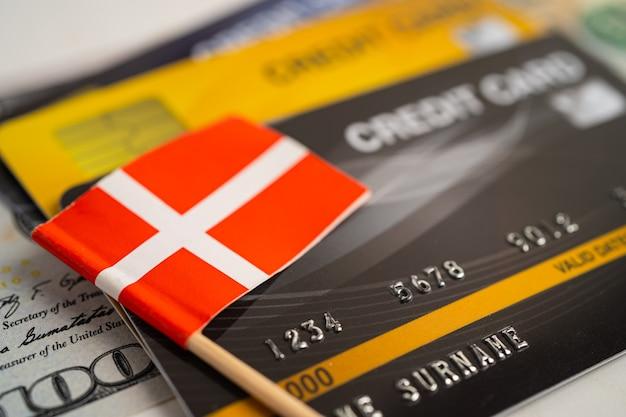 Drapeau de la suisse sur la carte de crédit développement des finances statistiques des comptes bancaires