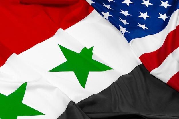 Drapeau de la syrie et des états-unis d'amérique sur blanc