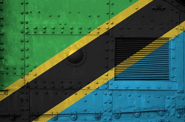 Drapeau de la tanzanie représenté sur la partie latérale d'un gros plan de char blindé militaire.