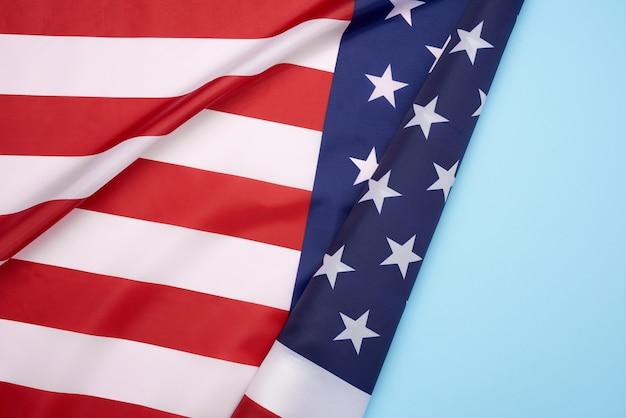 Drapeau textile national des états-unis d'amérique, surface dans les vagues