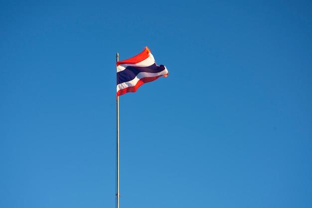 Drapeau thaïlandais sur fond de ciel