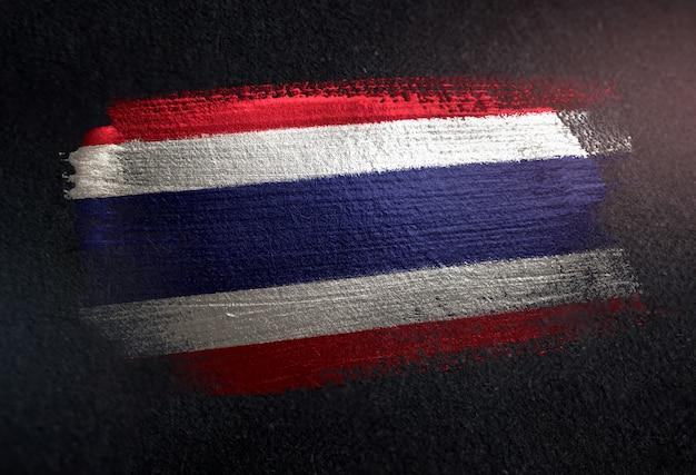 Drapeau de la thaïlande fait de peinture brosse métallique sur mur sombre grunge