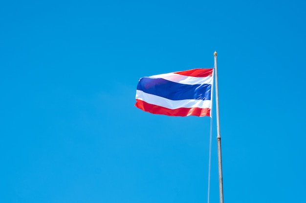 Drapeau de la thaïlande ondulant dans le vent avec le beau ciel bleu.