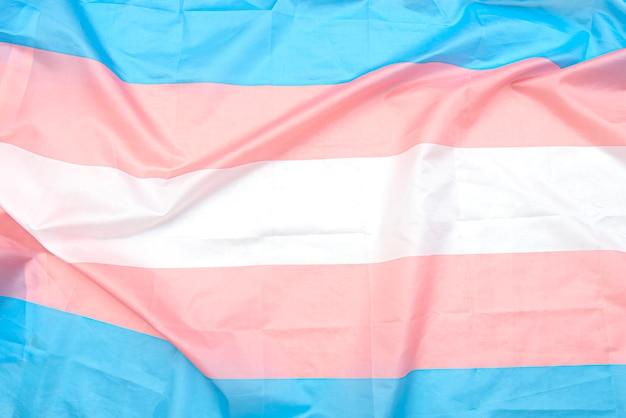 Drapeau en tissu transgenre avec bandes blanches, roses et bleues. close-up transgender pride flag comme arrière-plan ou texture
