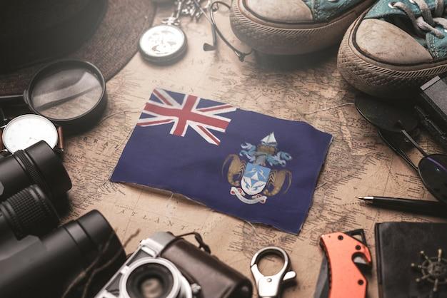 Drapeau Tristan Da Cunha Entre Les Accessoires Du Voyageur Sur L'ancienne Carte Vintage. Concept De Destination Touristique. Photo Premium