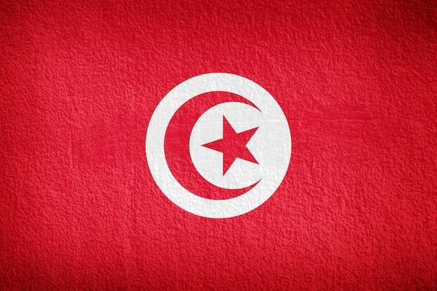 Drapeau de la tunisie et fond de mur rouge