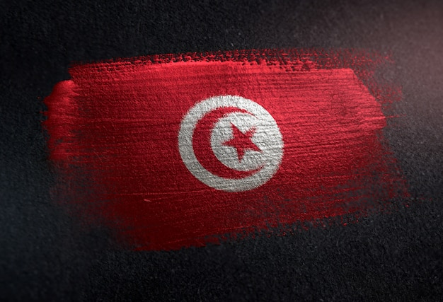 Drapeau tunisien fait de peinture brosse métallique sur mur sombre grunge