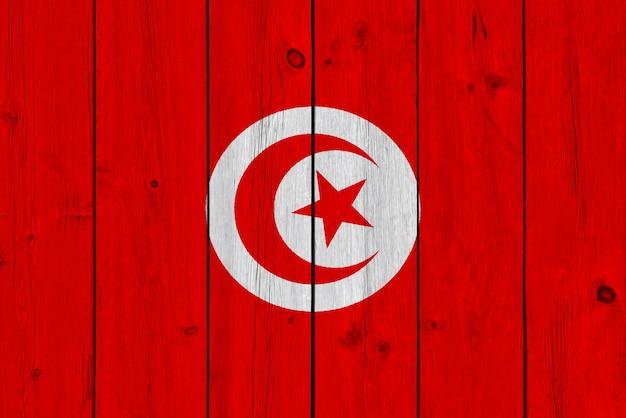 Drapeau tunisien peint sur une vieille planche de bois