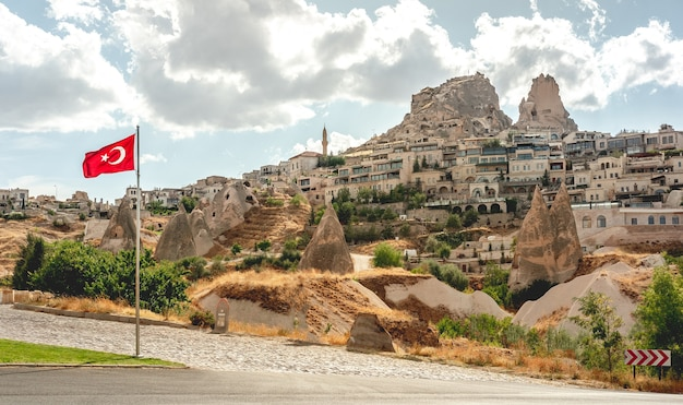 Drapeau turc en cappadoce sur fond de maisons troglodytes, panorama