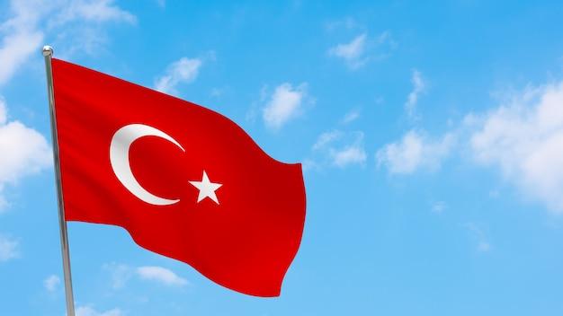 Drapeau de la turquie sur le poteau. ciel bleu. drapeau national de la turquie