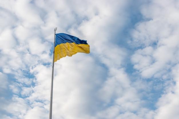 Drapeau ukrainien flottant dans le vent contre le ciel.