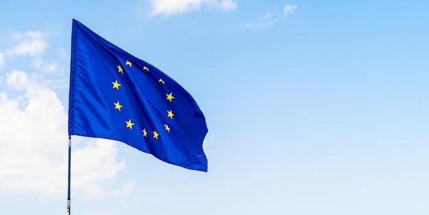 Drapeau de l'union européenne contre le ciel bleu