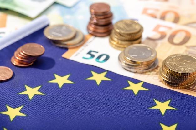 Drapeau de l'union européenne avec des pièces et billets en euros