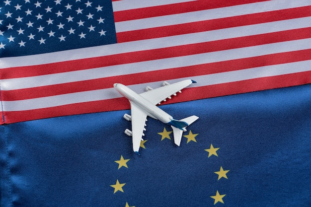 Drapeau de l'union européenne et usa avec jouet avion