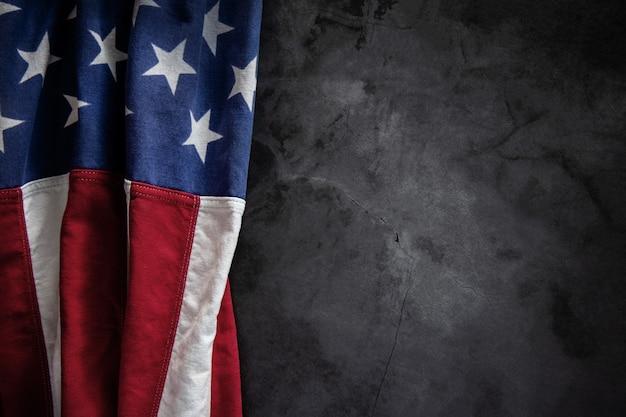 Drapeau usa allongé sur fond de ciment. symbolique américain. 4 juillet ou memorial day des états-unis. copier l'espace pour le texte