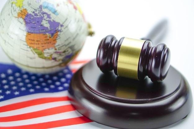 Drapeau usa amérique et marteau de juge avec carte du monde de globe