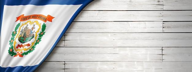 Drapeau de la virginie-occidentale sur fond de bois blanc, usa. illustration 3d