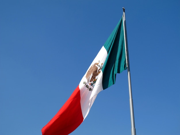 Le drapeau sur zocalo (plaza de la constitucion), mexico, mexique