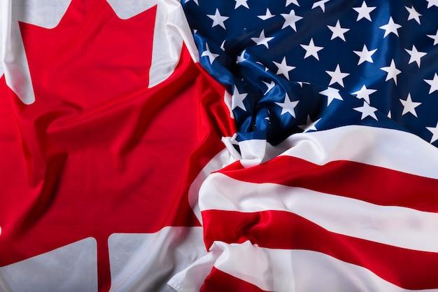 Drapeaux américains et canadiens ensemble