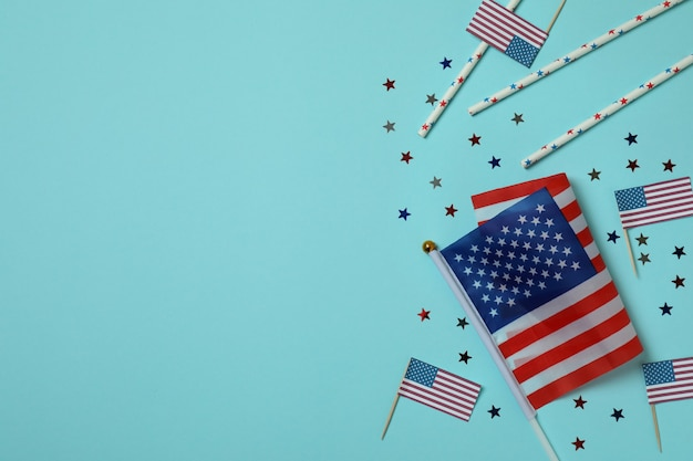 Drapeaux américains, paillettes et pailles sur bleu