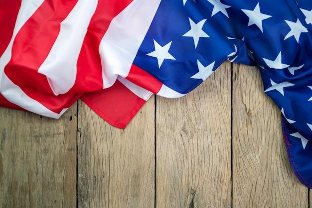 Drapeaux américains sur le vieux bois pour le fond