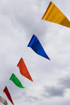 Drapeaux de banderoles colorés contre le ciel