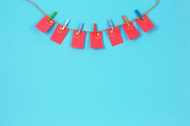 Drapeaux de chine sur une corde à linge fixée avec des pinces à linge en bois