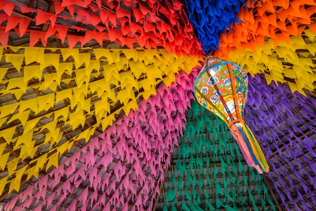 Drapeaux colorés et ballon décoratif pour la fête de saint john dans le nord-est du brésil