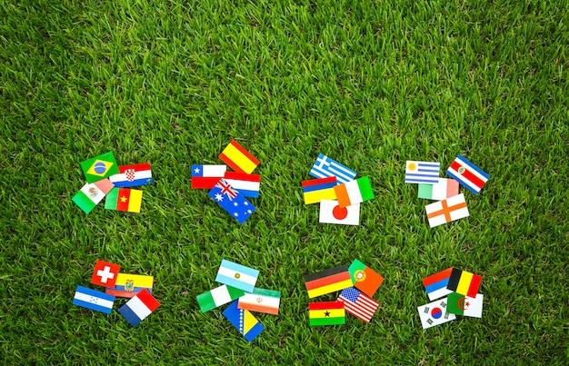 Les drapeaux des différents pays sur une table en bois
