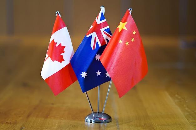 Drapeaux du canada, de l'australie et de la chine.