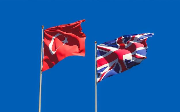 Drapeaux du royaume-uni et de la turquie sur fond de ciel