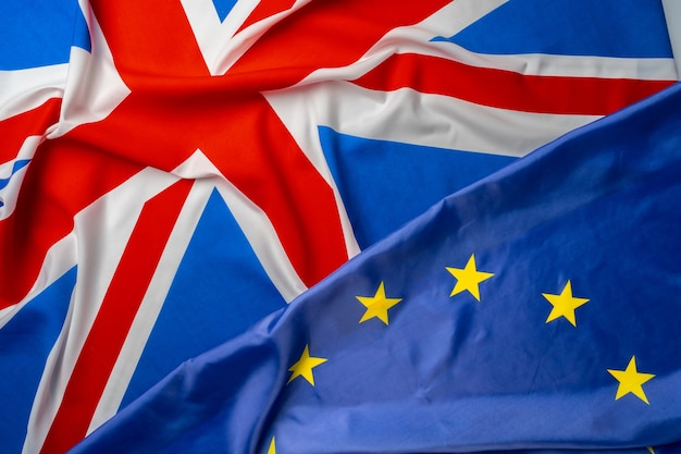 Drapeaux du royaume-uni et de l'union européenne pliés ensemble