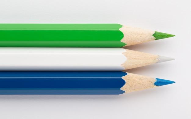 Drapeaux d'état faits de crayons en bois colorés siera leone