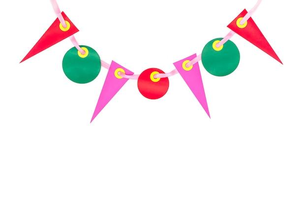 Drapeaux de fête multicolores en papier pour un anniversaire décoré
