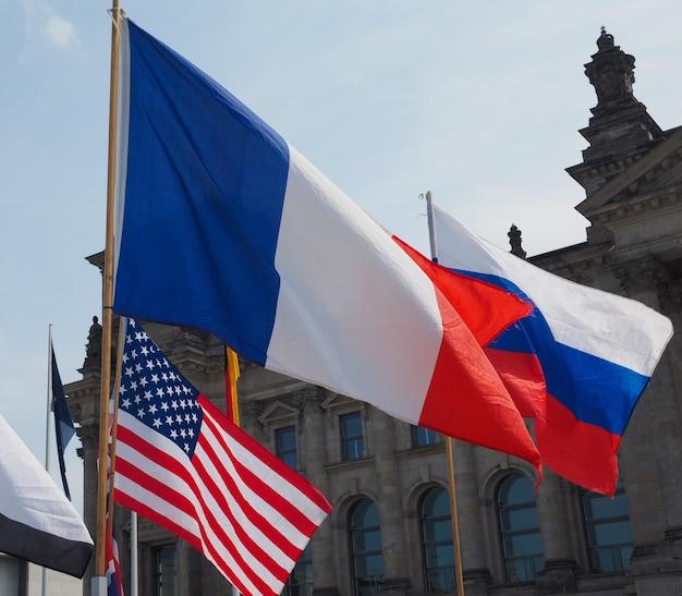 Drapeaux français, russe et américain