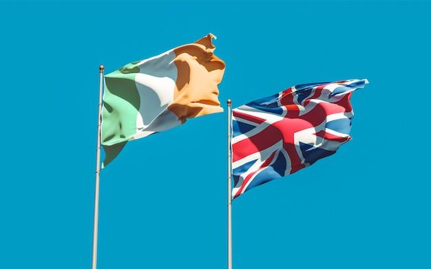 Drapeaux de l'irlande et du royaume-uni britannique sur ciel bleu. illustration 3d